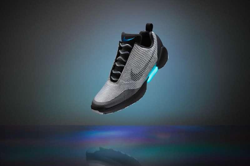 """Nike'ın """"Kendi kendini bağlayan"""" ayakkabısının fiyatı belli oldu:"""