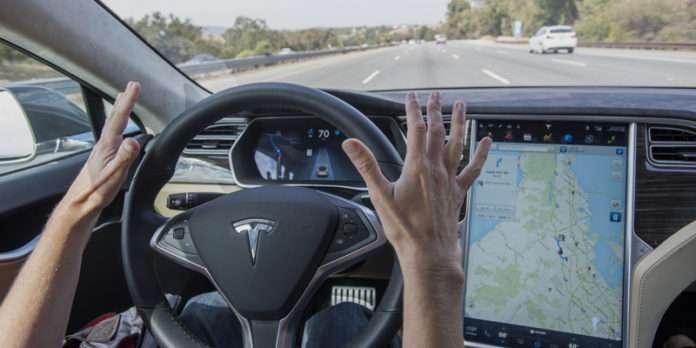 Güncellenen yeni yazılımıyla Tesla şehir sokaklarında.