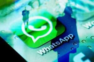 WhatsApp'tan IOS'un fotoğraf ve video albümlerine filtre özelliği  Ekstra olarak cevaplama kısayolları Hızlı mesajlaşma söz konusu olduğunda Whatsapp'ın eline su dökecek bir uygulama henüz yok. Ancak kamera konusunda kabul etmeliyiz ki Facebook Messenger ve anlık Skype'nin gerisinde kalarak bir risk alıyor. Facebook'a ait olan Whatsapp, görsellerini diğer platformlardaki rakiplerine yaklaştıracakyeni bir fotoğraf özelliği getirdi. Bu fotoğraf özelliğiyle dikkatleri üzerine çeken Whatsapp yeniğin odağını fotoğrafa doğru çekiyor. İlk olarak söylemek gerekiyor ki milyarın üzerinde kullanıcı renkli filtreleri kullanıyor. Şimdi Whatsapp kullanıcıları artık bir filtre ile fotoğraf, video ya da GIF'lerini düzenleyebilirler. Şimdilik Whatsapp'ta pop, siyah beyaz, cool, chrome ve film olmak üzere beş adet fitre bulunmakta.Bir filtre eklemek için istediğiniz bir görüntüyü veya video klibi yukarı doğru hızlıca kaydırıp, fitre seçiminizi yapmanız yeterli.   Şimdi sırada albümler var. Albümlerin herhangi birinden dört veya daha fazla fotoğraf ,video aldığınızda, resimler otomatik olarak kaydırılabilir bir albüme eklenecektir. Size bu şekilde bir fotoğraf treni oluşturulmuş oluyor. Bunun yanında iOS ayrıca size cevaplama kısayollarını da getiriyor. Bu özellikle akıllı telefonunuza gelen iletiye cevap vermek için yalnızca hızlı bir şekilde sağa kaydırmanız yeterli.  Eğer bir iş ya da grup görüşmesindeyseniz ve hem katılımcılara hem de telefonunuza gelen iletilere cevap vermeniz mümkün. Tğm toplantı bitip mesajlarınıza geri döndüğünüzde karışıklık içinde kaybolmaktansa ,doğrudan mesajlarınıza kısayollarla cevap verebilirsiniz. Whatsapp şimdilik bu yeni uygulamaların yalnızca iOs'ta sağlandığını ancak Android için Google platformuna getirmesi gerektiğini ifade etti. Görünen o ki Android kullanıcıları bir süre bekleyebilir.