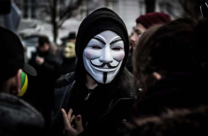 Anonymous hacker grubu, 6 ay boyunca blacklivesmatter.com'a saldırdı