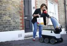 Bir robot yemek siparişini başarıyla teslim etti.