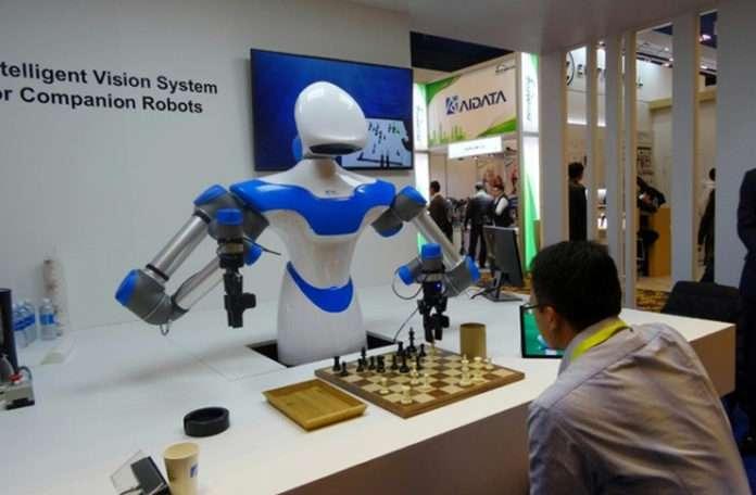 Akıllı Robot size kahve ısmarlayıp satranç oyununda terletiyor
