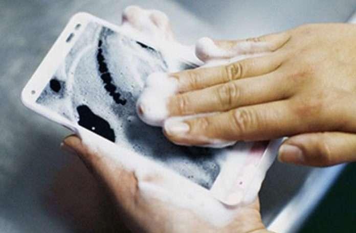 Kyocera ara sıra denemeler ve geliştirmeler yaptığı akıllı telefon piyasasına bu sefer ilginç bir ürünün tanıtımını sundu.
