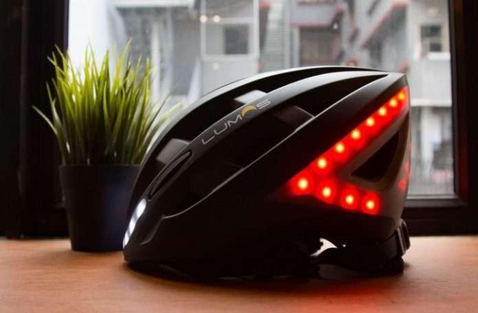 dönüş ışıklarına sahip bir bisikletçi kaskı