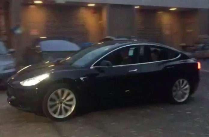 Elon Musk, Tesla 'Model 3'ü ilk kez garajından çıkardı