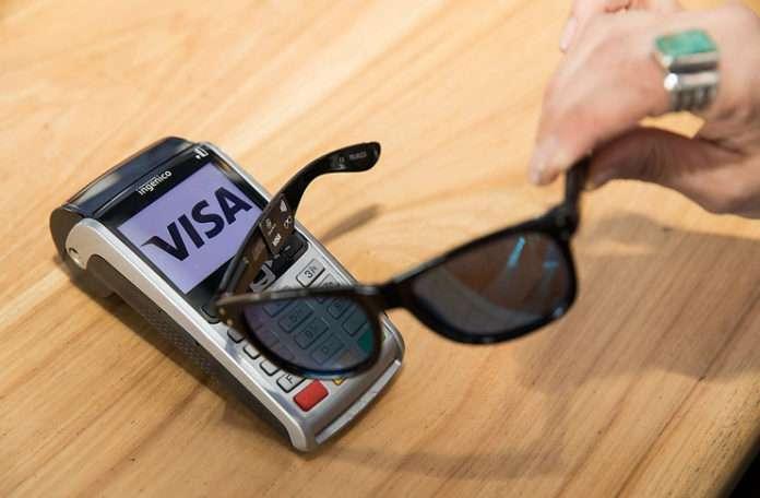 Visa, alışverişlerde kullanılabilecek bir çift gözlük