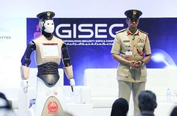 Polis robotlar Dubai'de iş başında
