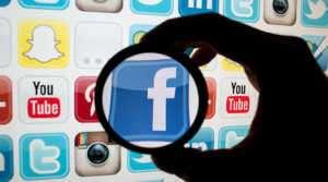 AB, Facebook ve YouTube'u nefret suçlarına karşı aktif rol alması hususunda zorlama getiren planları onayladı.