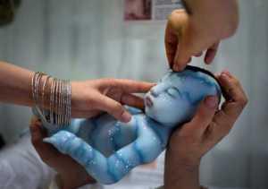 Hiperrealist silikon bebekler sergisi nefes kesti