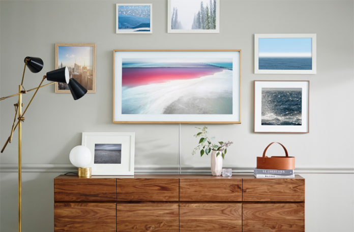Samsung'un, kullanılmadığında bir sanat eseri gibi görünen Frame TV serisinin babalar gününde satışa sunulacağı açıklandı.