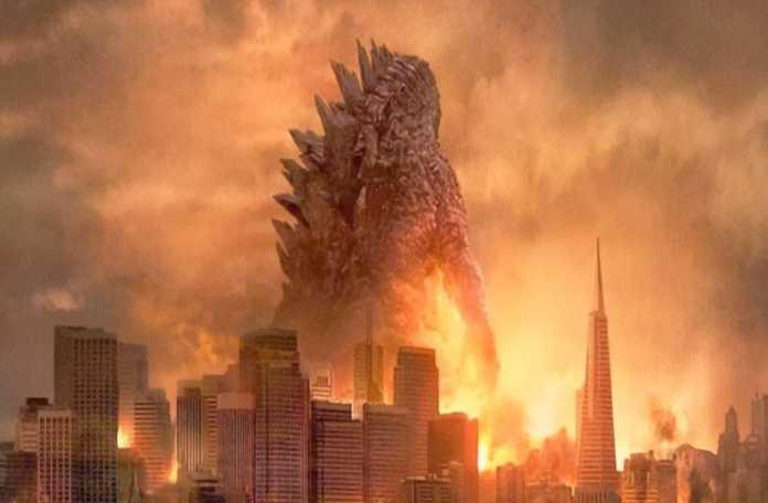 """2014 yapımı Godzilla filminin, devam filmi için hazırlıklar başladı. Filmin oyuncu kadrosu ve senaryosunun tamamlandığı açıklandı. Devam filminde, 2014 yapımında yer alan, Ken Watanabe ve Sally Hawkins'in yer alacağı belirtildi. Devam filminin yönetmenliğini, Michael Dougherty yapacak. Filmin oyuncu kadrosunda ise, Vera Farmiga, Kyle Chandler, Millie Bobby Brown, Thomas Middleitch, Bradley Whitford, Charles Dance, O'Shea Jackson ve Zhang Ziyi yer alıyor. 2014 yapımı Godzilla'da, nükleer enerjiden beslenerek etrafında bir yıkımın izlerini bırakarak giden canavarı durdurmak için Amerikan ordusunun harekete geçmesi konu edildi. İlk Godzilla filminin fragmanını izlemekle yetineceğiz şimdilik. """"Godzilla 2"""" filminin, 22 Mart 2019'da çıkması bekleniyor."""