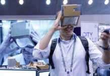 Google Cardboard'un çalışma prensibi, gözlerinizi telefona yeterince yakınlaştırdığınızda temel olarak bir VR başlık olmasıydı.