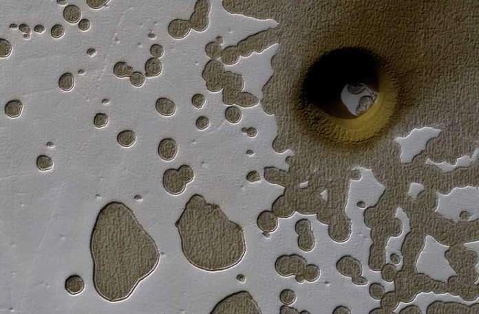 Mars'ta dev bir çukur var ve bilim insanları nasıl oluştuğunu bulamıyor.