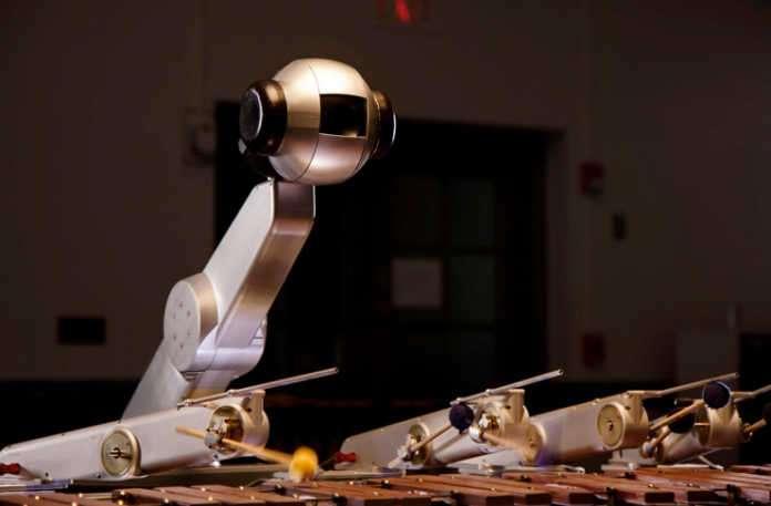 Georgia Teknoloji Enstitüsü'nden Mason Bretan sadece müzik çalmakla kalmayan artık kendi bestesini de oluşturmayı öğrenen bir robot yaptı.