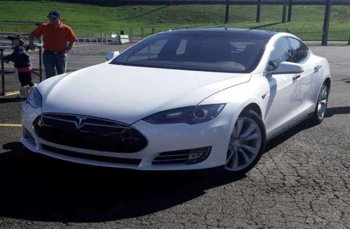 Tesla Model S yaptığı güncellemeyle kullanıcılarını hayran bıraktı!