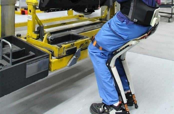 Her ne kadar saçma görülse de, giyilebilir sandalye gerçekten işe yarıyor!