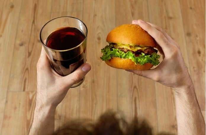 Hamburgerinizin yanında şekerli içecek içmemeniz için nedenler!