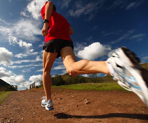 Yürüyüş mü koşu mu daha faydalı? Koşarak  çok ve çabuk kalori yakmak yanlış.